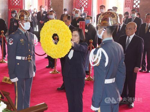 忠烈祠の春の式典に出席し献花する蔡英文総統