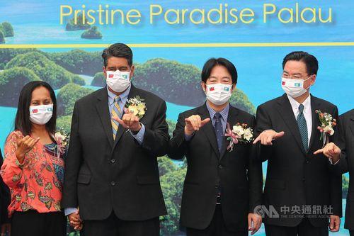 右から呉外相、頼副総統、パラオのウィップス大統領
