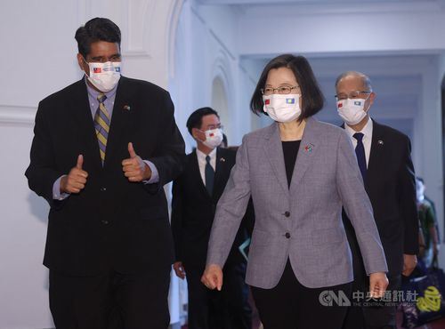 パラオのウィップス大統領(左手前)と蔡総統