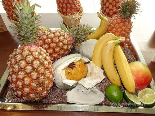 記者会見の会場で並べられた台湾産果物