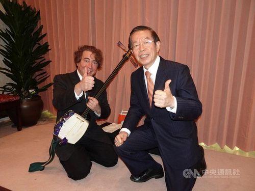 ケビン・メッツさん(左)と謝長廷駐日代表