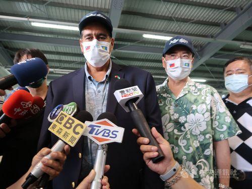 メディアの取材に応じるパラオのウィップス大統領