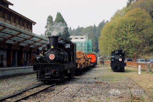 沼平駅で「SL-24」(右)と遭遇する「SL-31」=阿里山林業鉄路及文化資産管理処提供