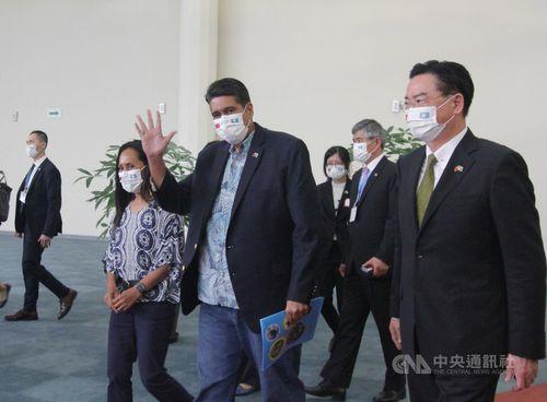 報道陣に手を振るパラオのウィップス大統領