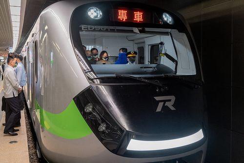台鉄史上最も美しい普通列車EMU900、営業運転開始へ 基隆駅で出発式=総統府提供