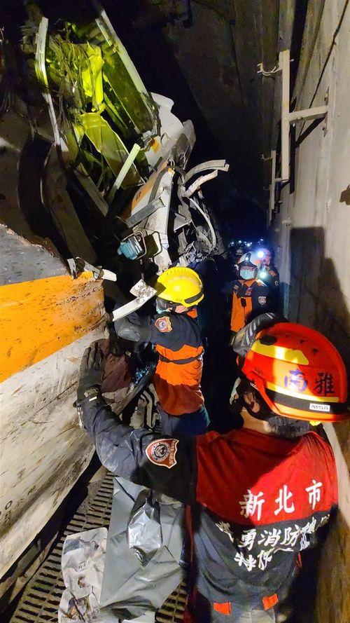 救助作業に当たる消防士ら=新北市消防局提供