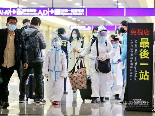 完全防備した姿で桃園空港に到着した旅行客ら