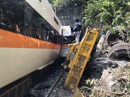 線路上に落下した作業車(右)