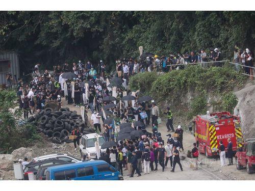 脱線事故の現場を訪れ、追悼する犠牲者の遺族(4月3日撮影)