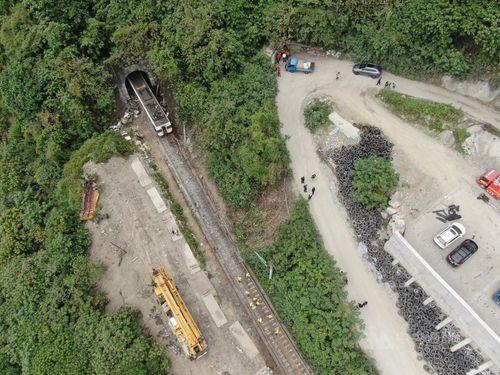 脱線事故現場とその周辺の上空写真