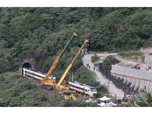 脱線事故現場で行われる車両の搬出作業(4月3日撮影)
