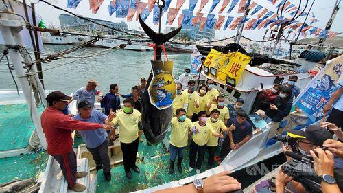 「屏東初マグロ」の競りの様子=東港区漁会(漁協)提供