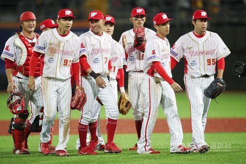 田沢投手(右端)とチームメートたち