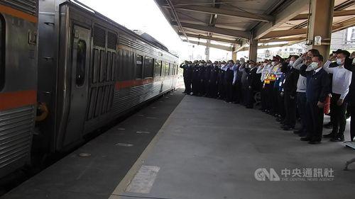 殉職運転士の遺骨を乗せた列車に敬礼する台鉄の職員ら