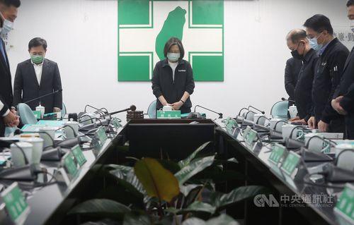 列車事故の犠牲者に黙とうをささげる蔡総統(中央)と与党・民進党の幹部ら
