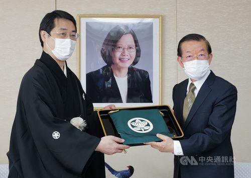演能団体「瓦照苑」代表の上田拓司さん(左)と謝長廷駐日代表