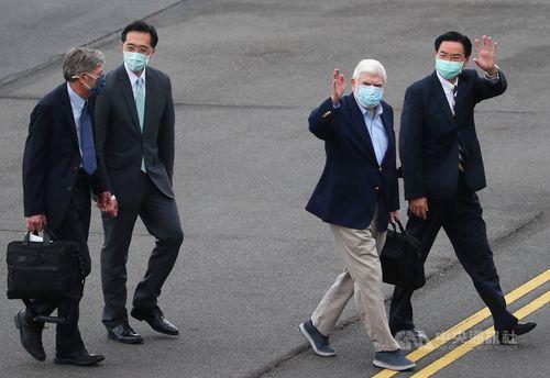 報道陣に手を振る(右から)呉外交部長、ドッド米元上院議員