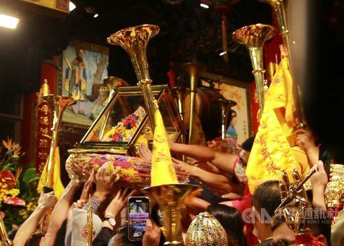 巡行を終えて廟に戻ってきた航海の守護神「媽祖」