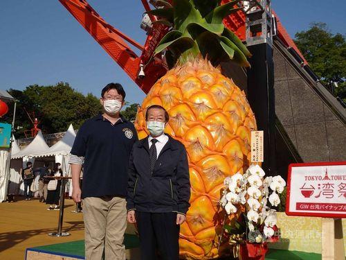 「東京タワー台湾祭2021 GW」の会場を視察に訪れる謝駐日代表(右)とイベント責任者の片岡さん