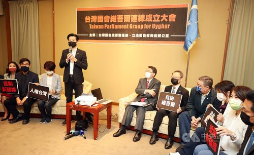 台湾国会ウイグル連線の発足式であいさつする林昶佐立法委員