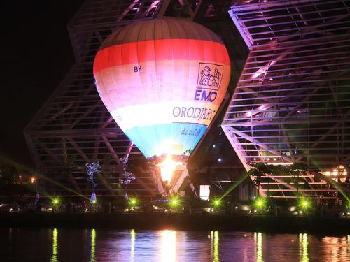 高雄市で2022年ランタンフェスの試験点灯 熱気球が水面彩る=高雄市政府提供