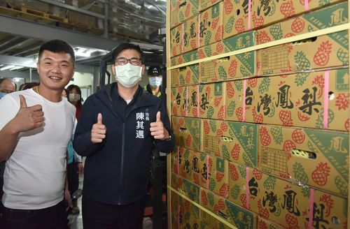 高雄産パイナップルをアピールする陳高雄市長(右手前)=本人のツイッターから