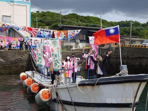 中華民国(台湾)国旗を掲げて謝駐日代表を歓迎する鹿児島県民ら
