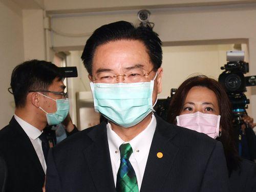 呉外交部長(手前)