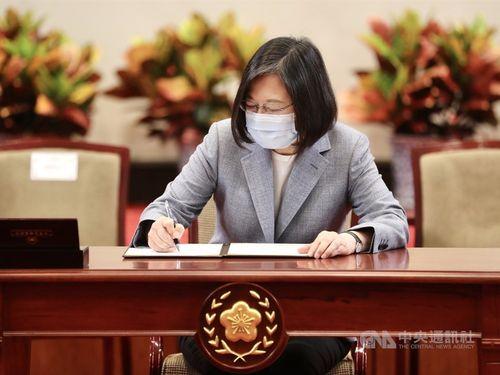 「労工職業災害保険・保護法」公布についての総統令に署名する蔡総統