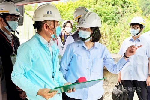 石門ダムを視察する蔡総統(右手前)