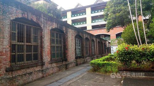 新北市の新荘小学校に残る明治時代の赤れんが校舎=同市文化局提供