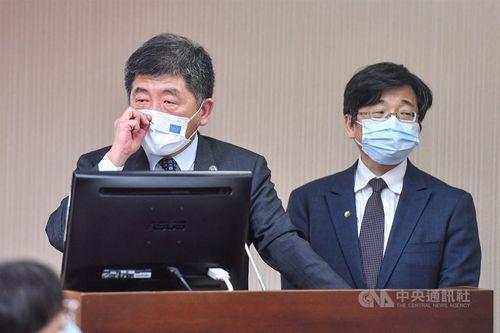 国会答弁に臨む中央感染症指揮センターの陳指揮官(左)