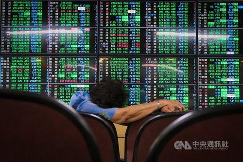 台湾株、4%超の続落 感染拡大警戒