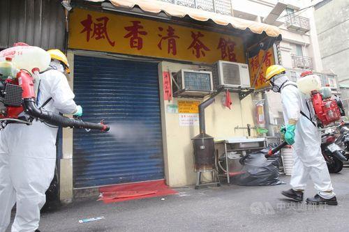従業員らの新型コロナウイルス感染が確認され消毒作業が行われる台北市万華の飲食店