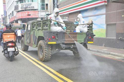 北部・新北市内を消毒する化学科部隊の兵士