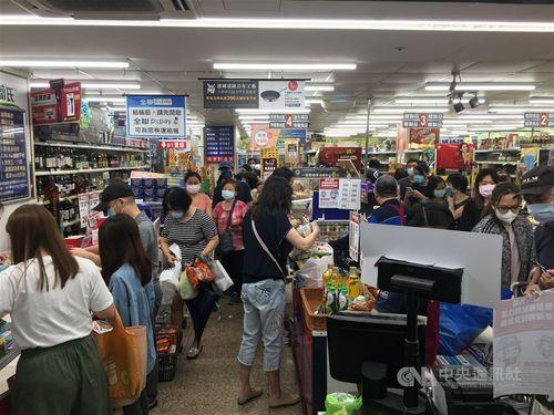 台湾、全国の娯楽施設を一時閉鎖 強まる警戒感、買いだめ客も