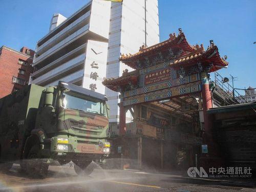 台北市内で消毒作業にあたる国軍の化学関係部隊=環境保護署提供