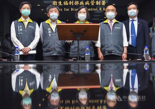 中央感染症指揮センター(台北市)を視察した蔡英文総統(中央)