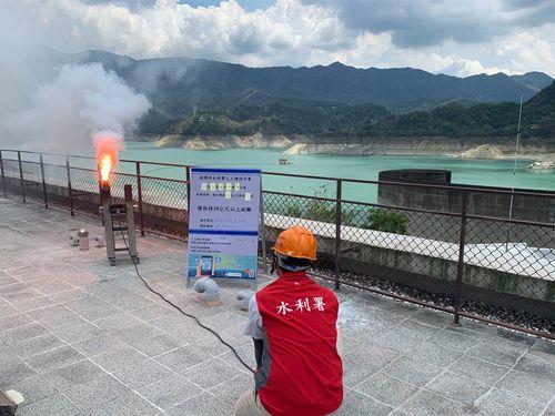 曽文ダム(南部・嘉義県)の集水域で人口降雨を実施する水利署の職員=南区水資源局提供