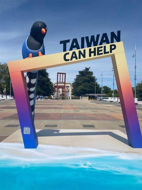 国連欧州本部前に設置された台湾固有種「ヤマムスメ」をかたどった写真撮影用オブジェ=駐ジュネーブ弁事処提供