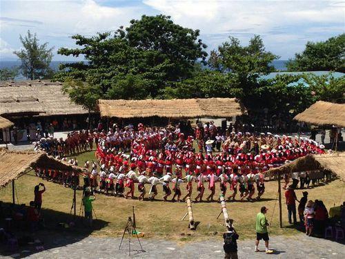 伝統行事で踊る先住民の人々