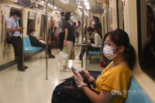ゴーグルをつけて地下鉄に乗る女性