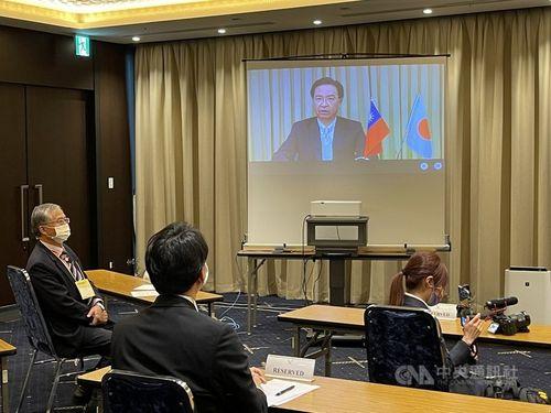 日本外国特派員協会の記者会見にオンラインで参加する呉外交部長