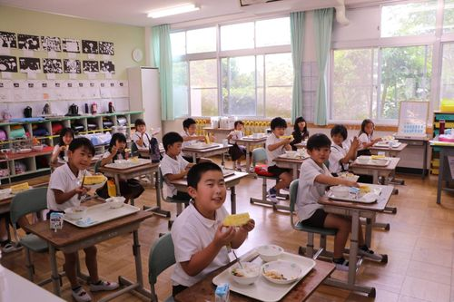 台湾産パイナップルを学校給食として振る舞われる千早赤阪村の児童ら=千早赤阪村提供
