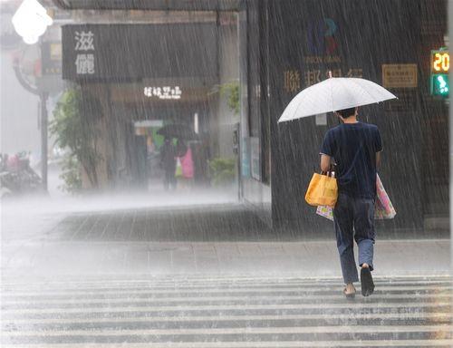 梅雨前線や台風3号が影響 16県市に大雨・豪雨特報=資料写真