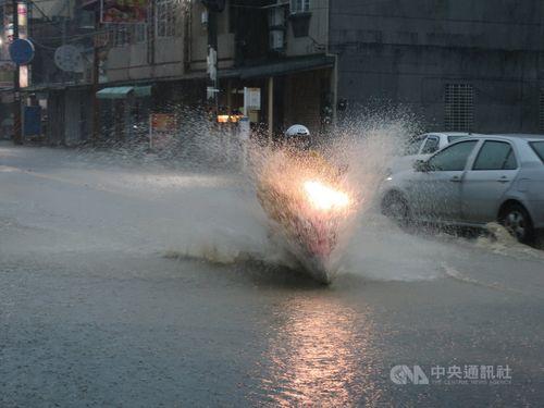 大雨が降った南部・高雄市で道路が冠水
