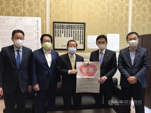 日本の参院議員らを訪問する謝駐日代表(中央)=駐日代表処提供