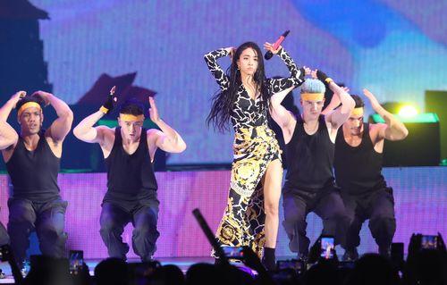 2019年の「hitoミュージックアワード」で歌やダンスを披露するジョリン・ツァイ(蔡依林)