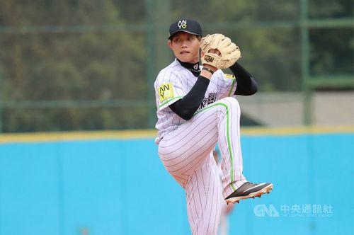 台湾の社会人野球の試合に登板する陳冠宇=4月7日、高雄市、安永鮮物提供