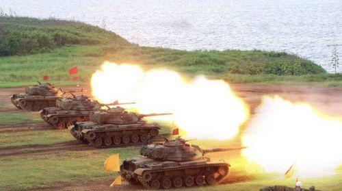 澎湖で行われた火砲の実弾射撃訓練=軍事新聞通訊社提供